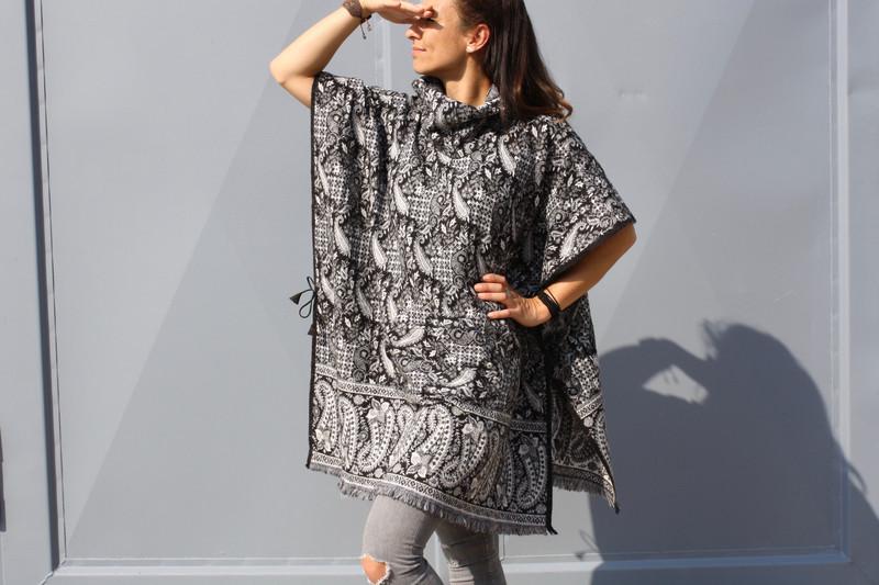 5f0206c6dd3bed 2-in-1 Poncho-Kleid PAISLEY Damen Schwarz | Weiß - LaCozy Onlineshop