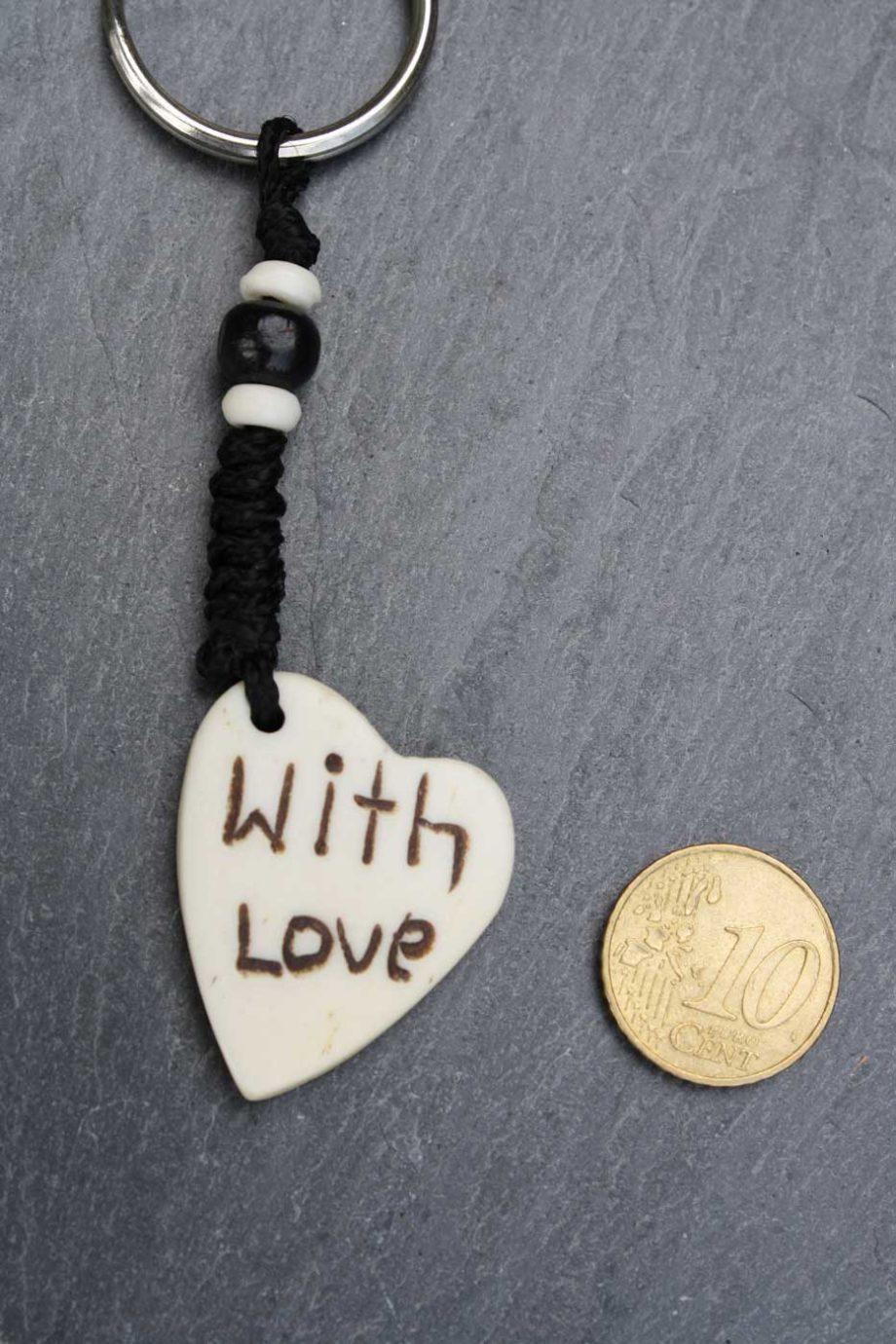 Schlüsselanhänger WITH LOVE aus Horn  Natur